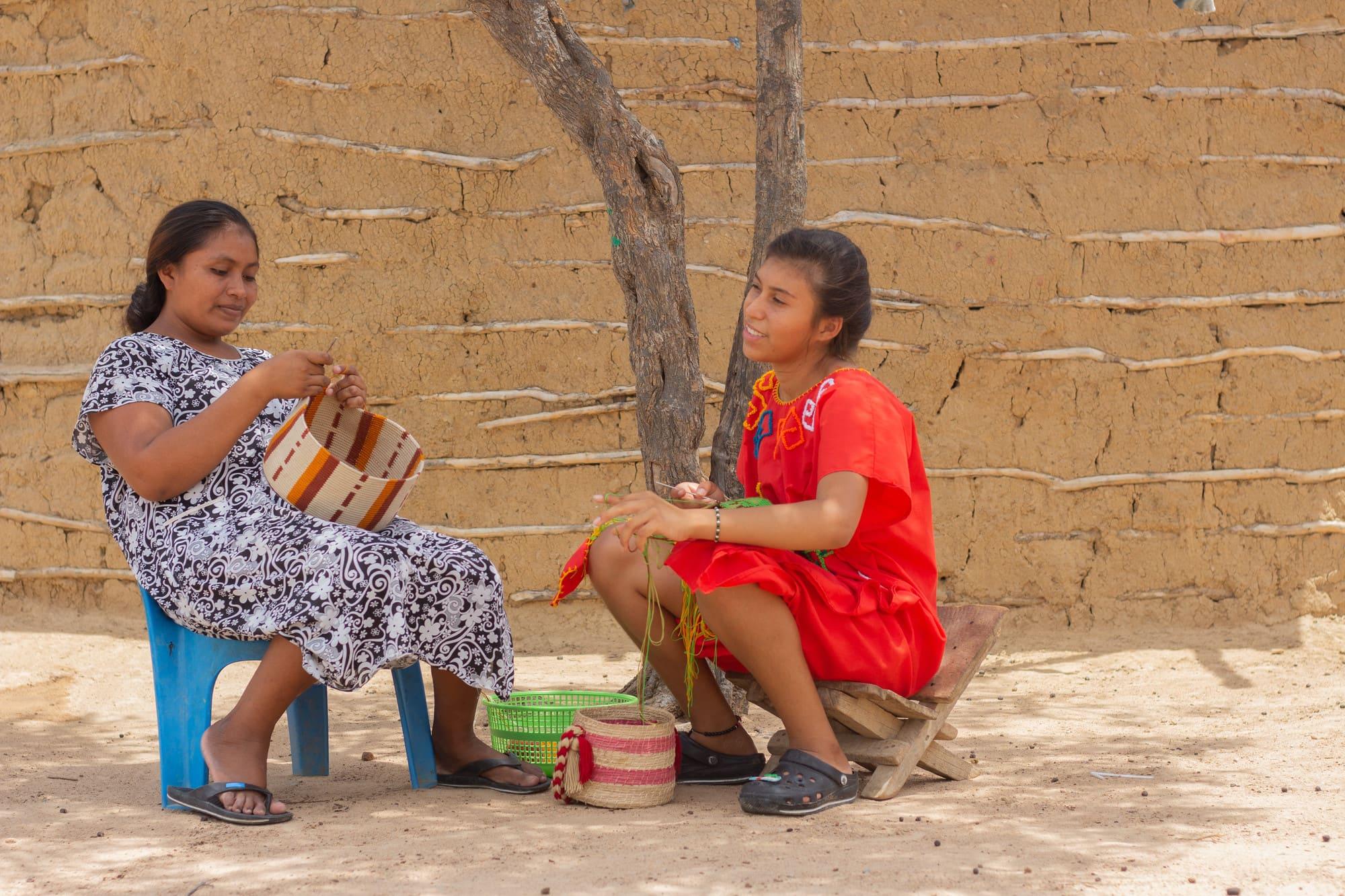 Dos mujeres Wayúu tejiendo mochila en una ranchería en Riohacha, La Guajira