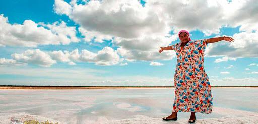 Mujer Wayúu en la Salina de Manaure en La Guajira Colombia